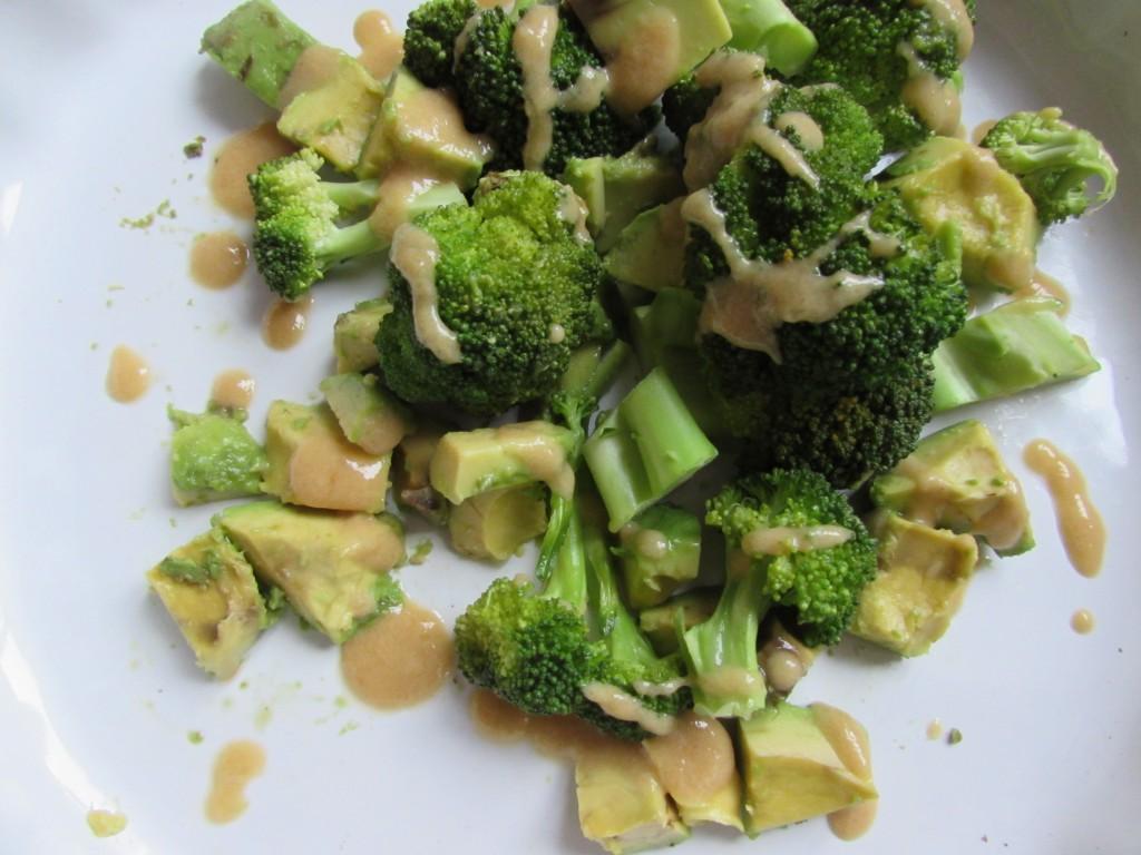 Brokkoli Avocado Salat