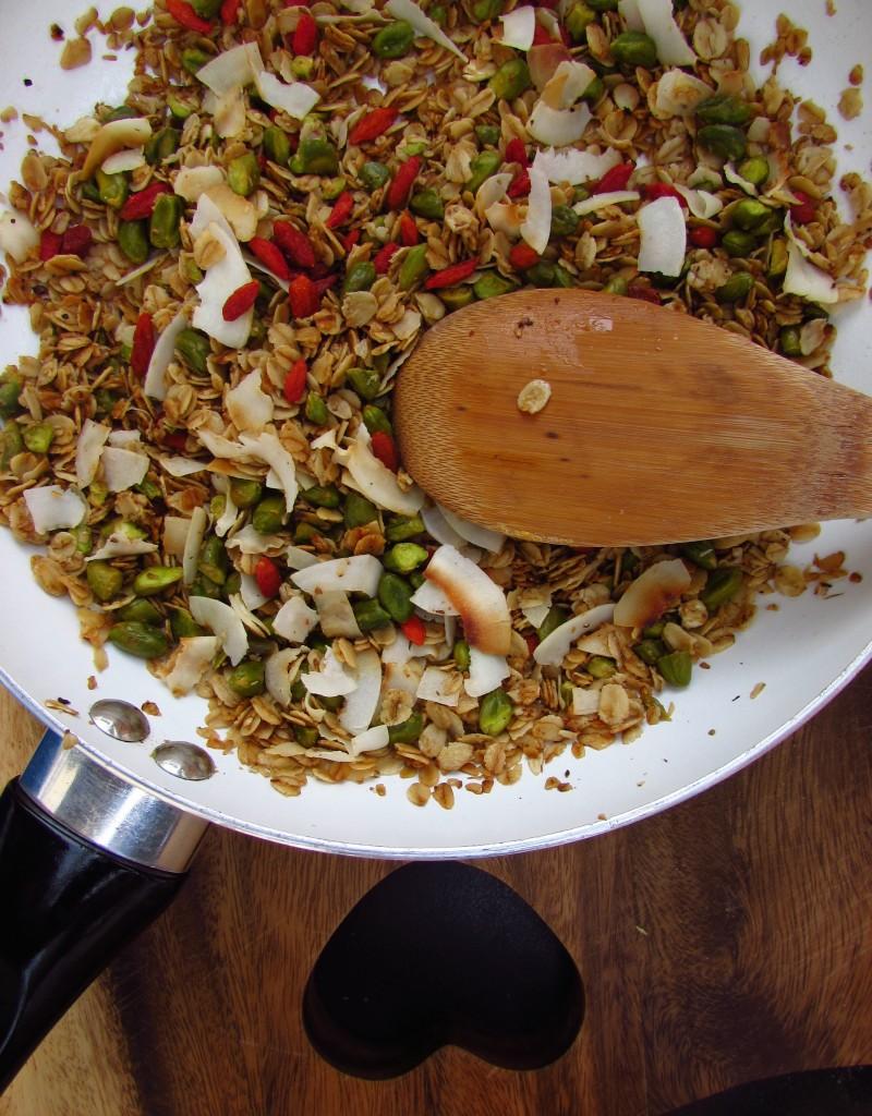 Pistazien-Goji-Kokos-Pfannen Granola