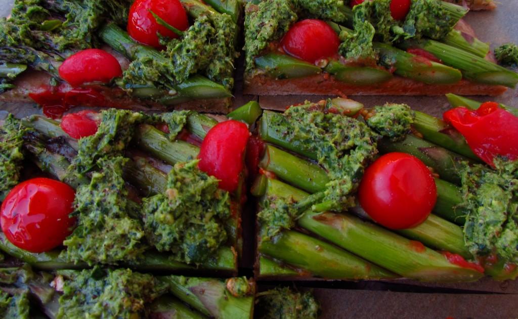 Spargelfladen mit Rucola-Walnuss-Pesto