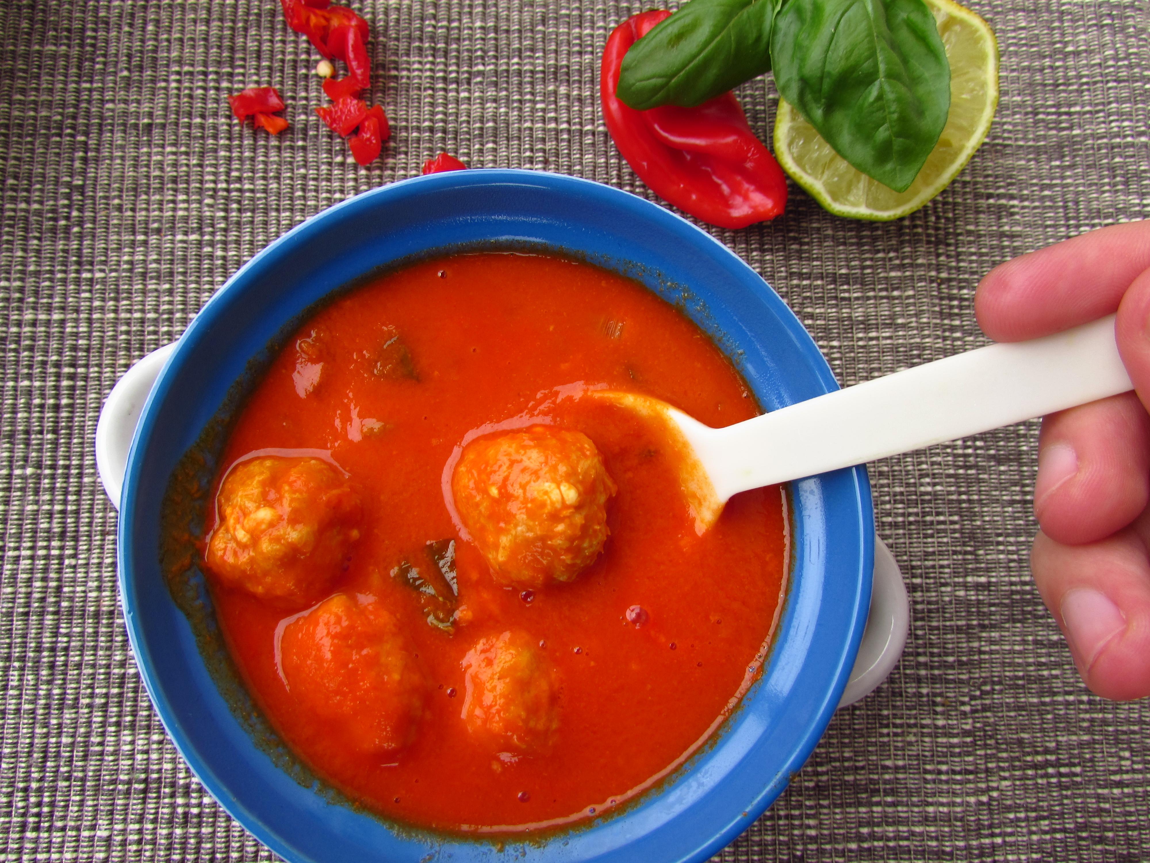 Fisch-Bällchen in würziger Tomaten-Kokos-Suppe