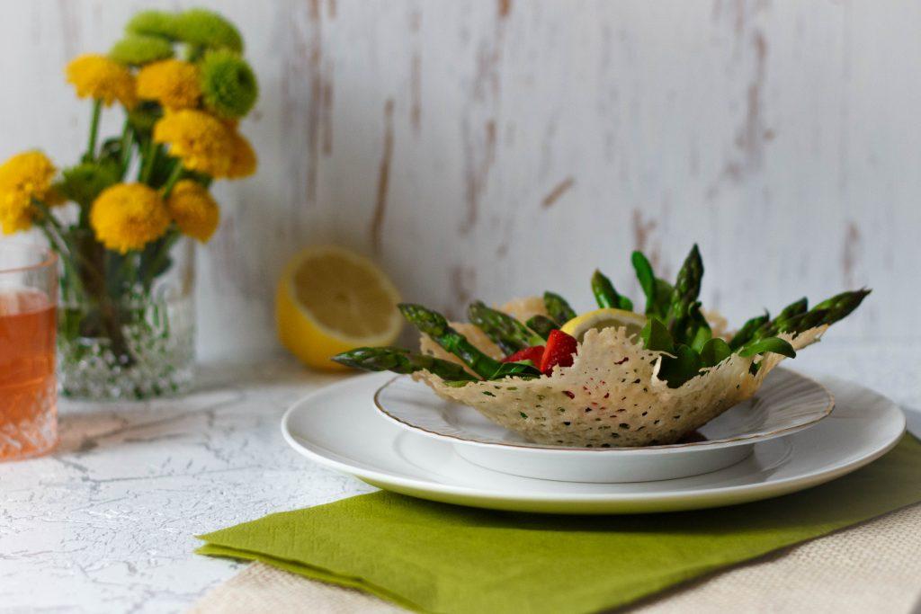 Spargel-Erdbeer-Salat auf essbarem Parmesanteller