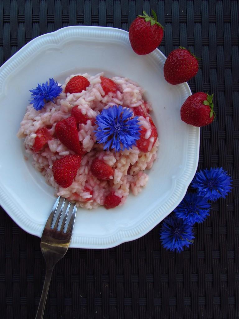 Cremiges Erdbeerrisotto mit Kornblumen