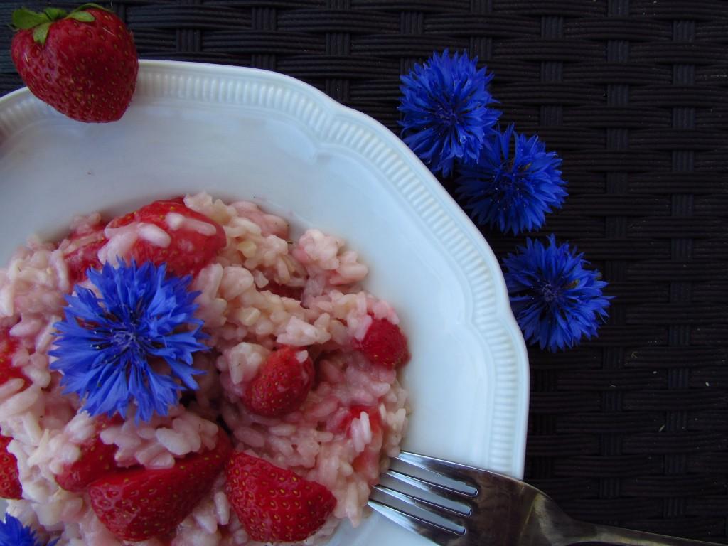 Erdbeerrisotto mit Kornblumen