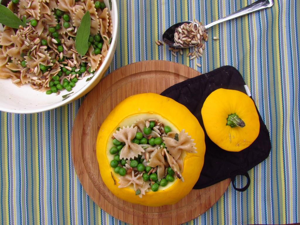 Leichter Sommersalat mit Erbsen und Salbei in geröstetem Patisson