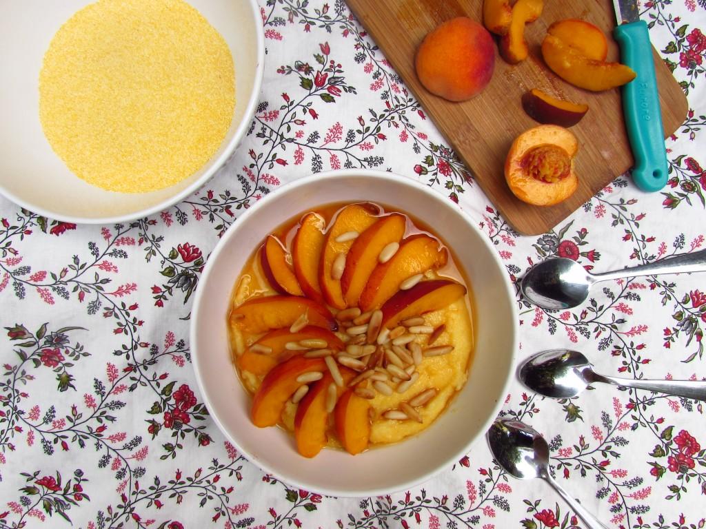Frühstückspolenta mit Pfirsichen