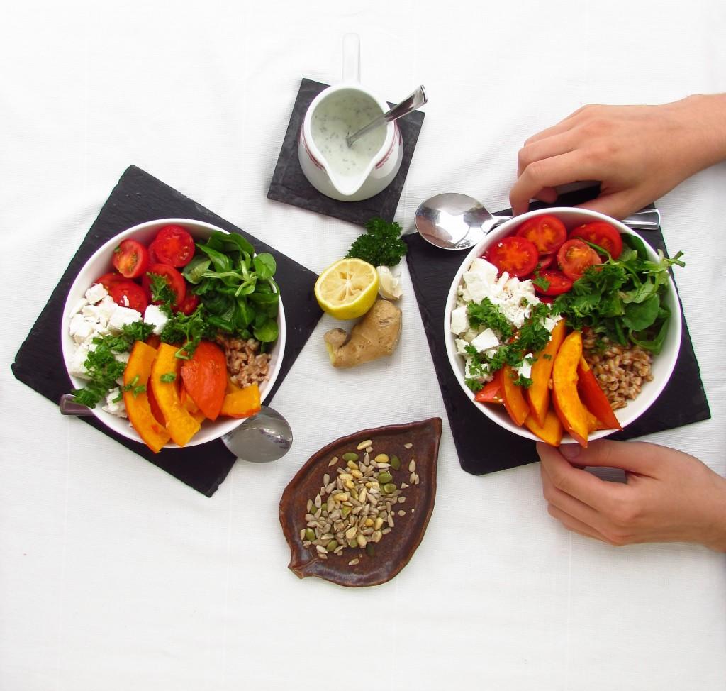 Dinkel-Spätsommer-Bowl mit einer unwiderstehlichen Dill-Joghurtsauce