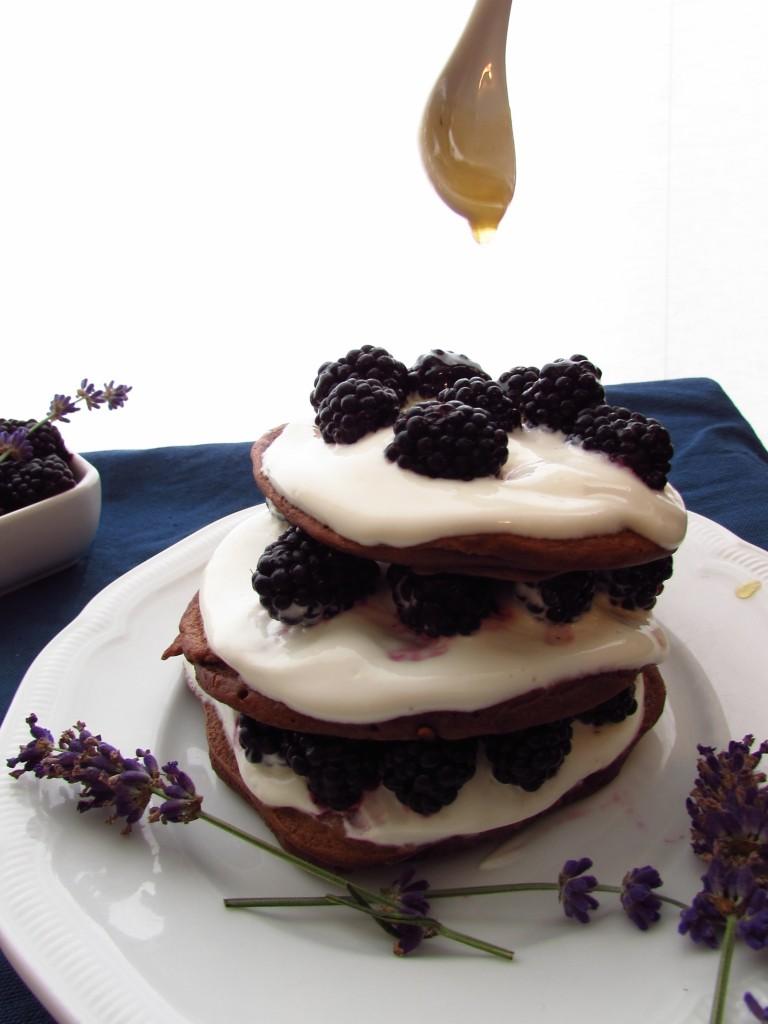 Buchweizen-Schoko-Pancakes mit Quarkspeise, Brombeeren und Lavendelsirup