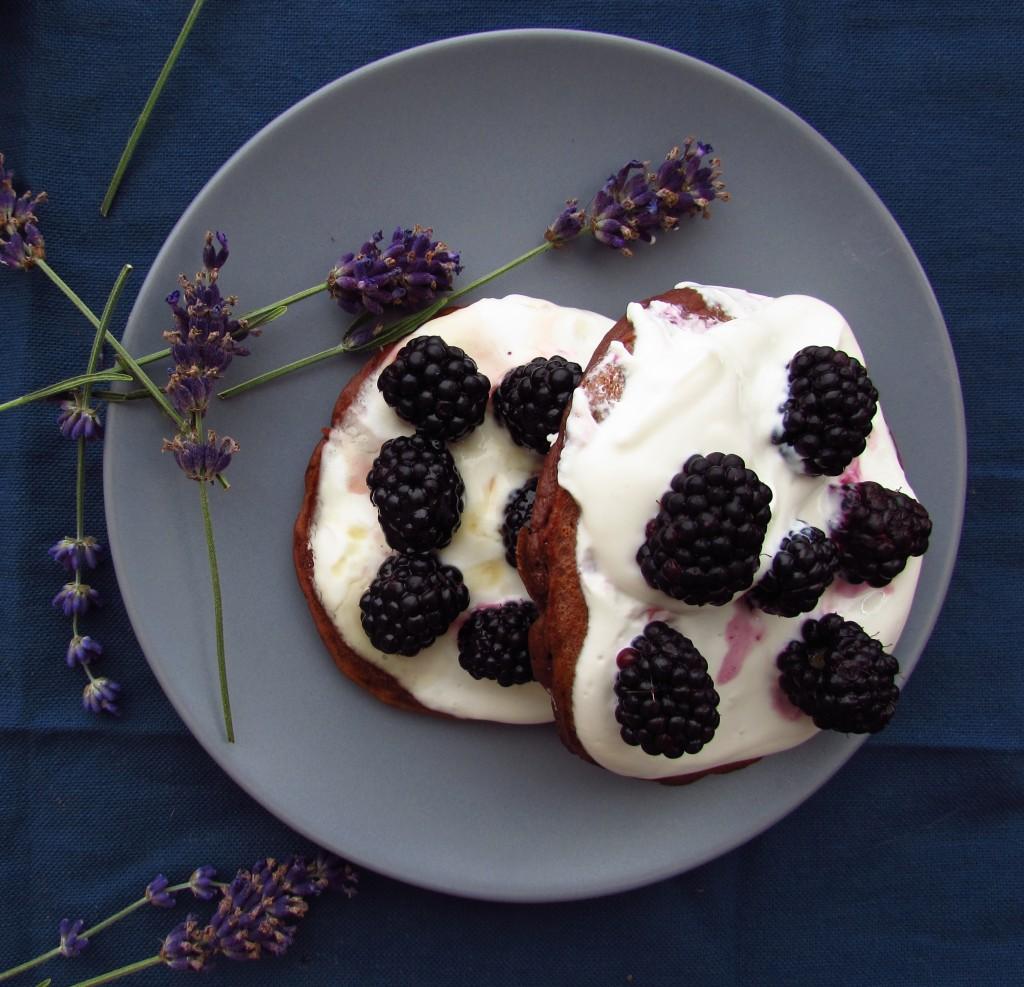 Buttermilch-Buchweizen-Schoko-Pancakes mit Quarkspeise, Brombeeren und Lavendelsirup