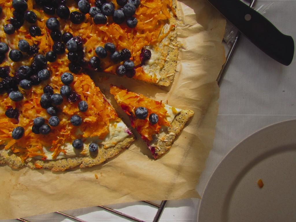 Frühe Herbstpizza mit Kichererbsenboden und Blaubeeren