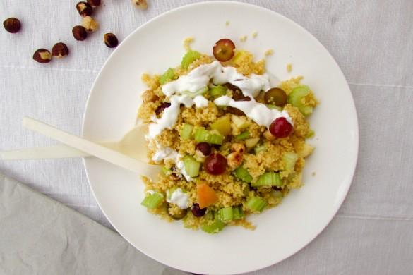 Herbstlicher Hirsesalat mit Sellerie, Trauben und gerösteten Haselnüssen