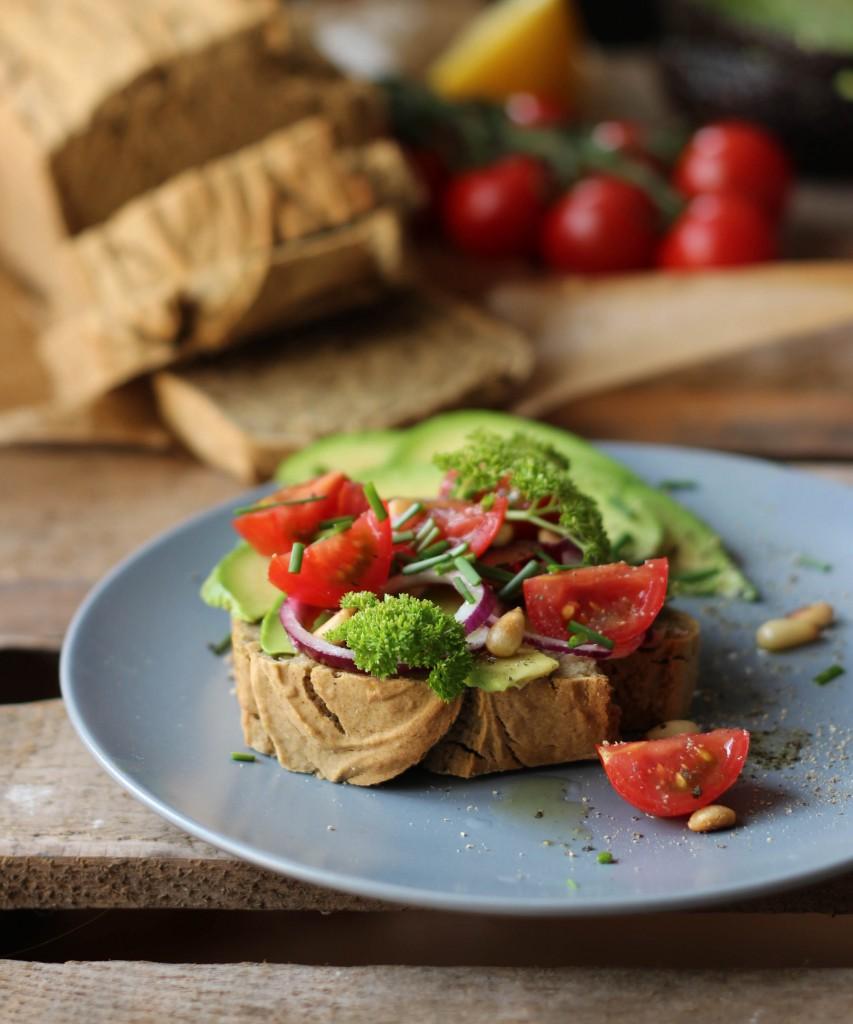 Teffbrot mit Curry und Banane (glutenfrei&vegan) --> Topping: Avocado, Tomaten, Rote Zwiebeln und Pinienkerne
