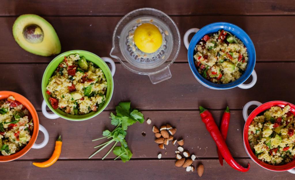Würzig-mediterraner Hirsesalat mit getrockneten Tomaten, Avocado und Kräutern (vegan)