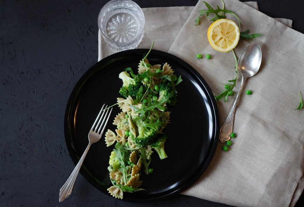Pasta Deluxe mit veganem Pesto (und so viel Grün wie möglich!)