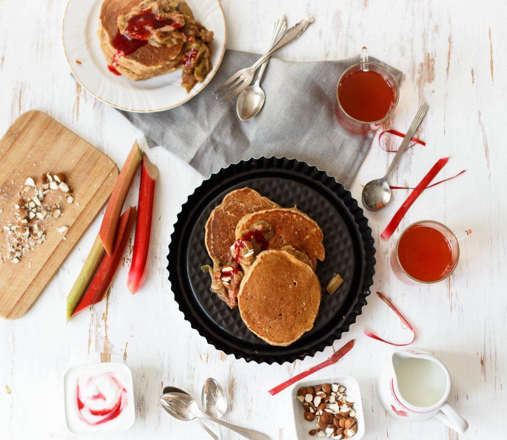 Glutenfreie Teff-Pancakes mit Rhabarberkompott