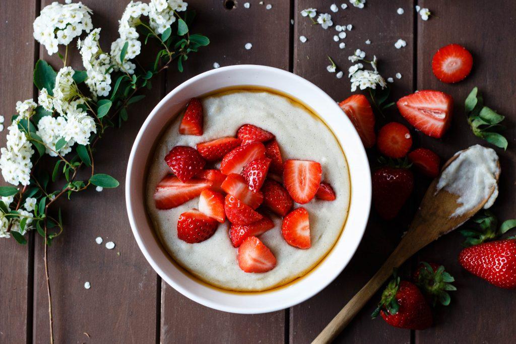 Cashew-Bananen-Grießbrei mit frischen Erdbeeren (vegan)