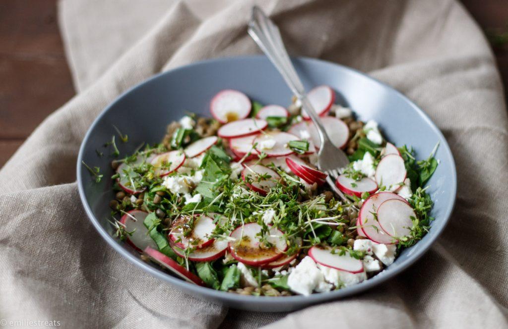 Ein frischer Linsensalat mit knackigen Radieschenscheiben frisch vom Balkon. Kresse, Ras El Hanout und Feta geben dem Salat seinen aromatischen Geschmack.