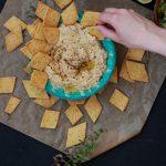Cracker aus Kichererbsenmehl mit dreierlei Dips