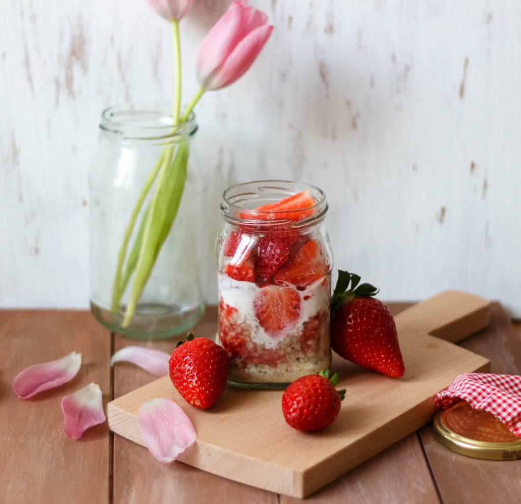 Overnight Oats mit Erdbeeren und Joghurt