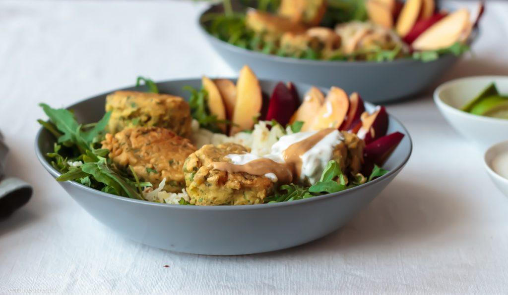 Falafel aus Kichererbsenmehl mit Blumenkohlreis und Beiwerk