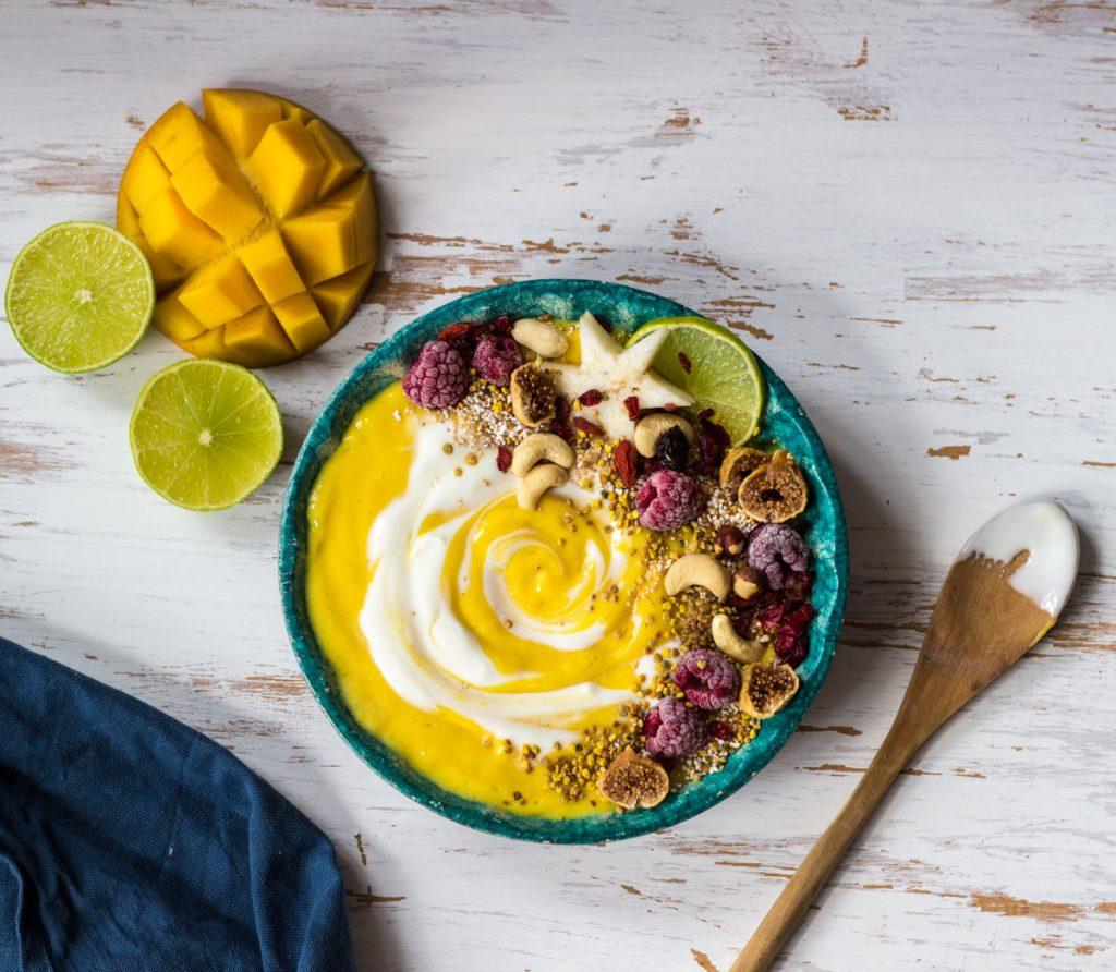 Drei Smoothiebowl-Variationen mit Mango und Sättigungseffekt