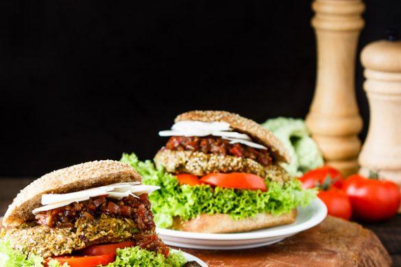 Ziegenkäse-Tomatenchutney-Vollkornburger