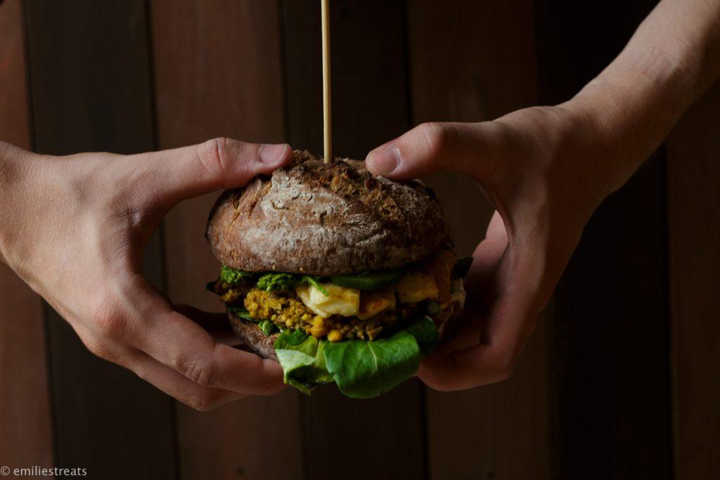 Veggie-XXL-Burger mit Hirsepatties und Pi-Pa-Pesto