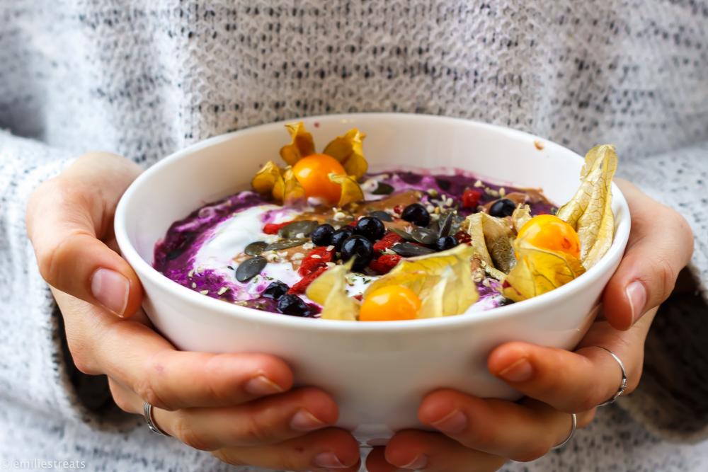 Blaubeer-Porridge mit Physalis