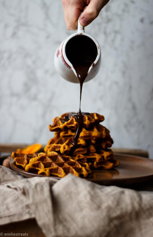 Glutenfreie Kürbiswaffeln mit selbstgemachter Schokosauce