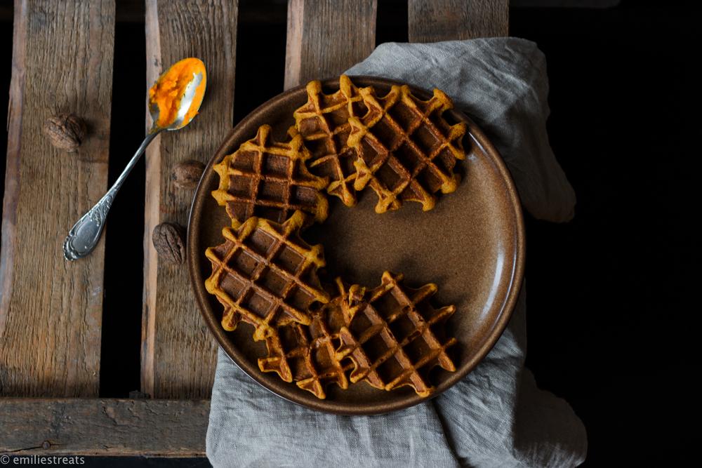 Glutenfreie Kürbiswaffeln mit Haferflocken und selbst gemachter Schokosauce