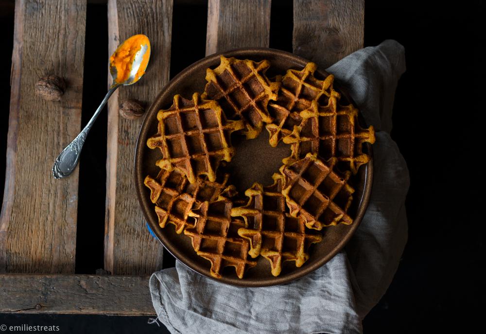 Glutenfreie Kürbiswaffeln mit Haferflocken und selbstgemachter Schokosauce