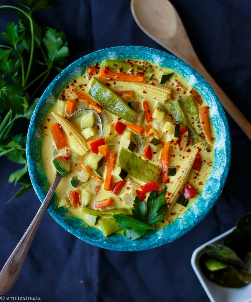 Buntes Weißwein-Curry mit frischen Limettenblättern
