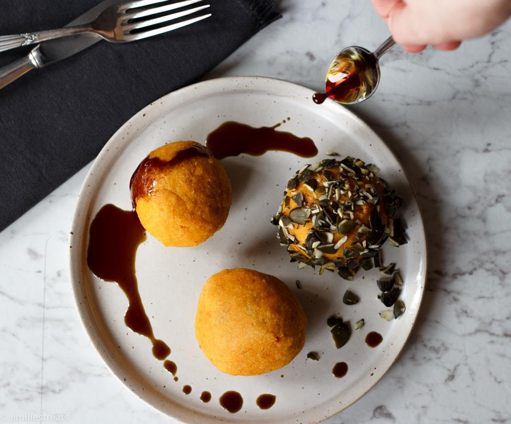 Knallige Kürbisknödel in kerniger Kruste - passt gut zu gebratenen Pilzen und Feldsalat!