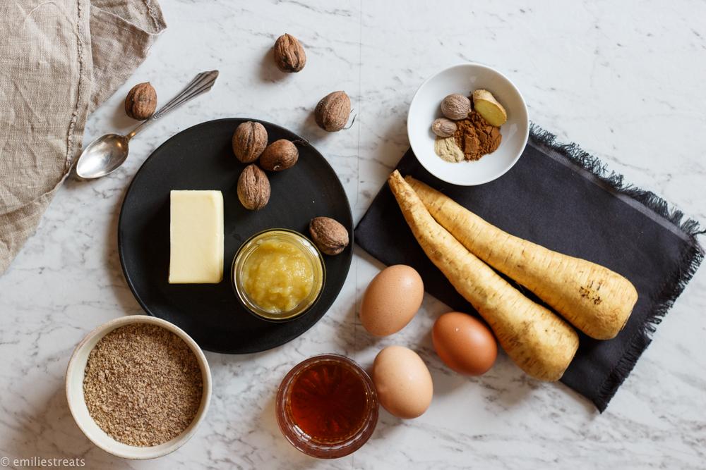 Zutaten für einen Kuchen mit Pastinaken und Orangenbutter