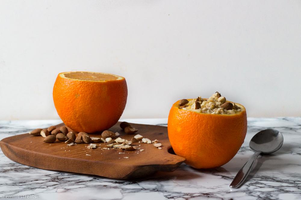 Orangenbircher serviert in einer Orangenschale