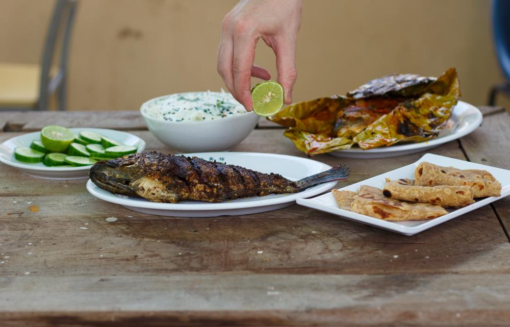 Gegrillter Fisch und Vollkorn-Chapatis
