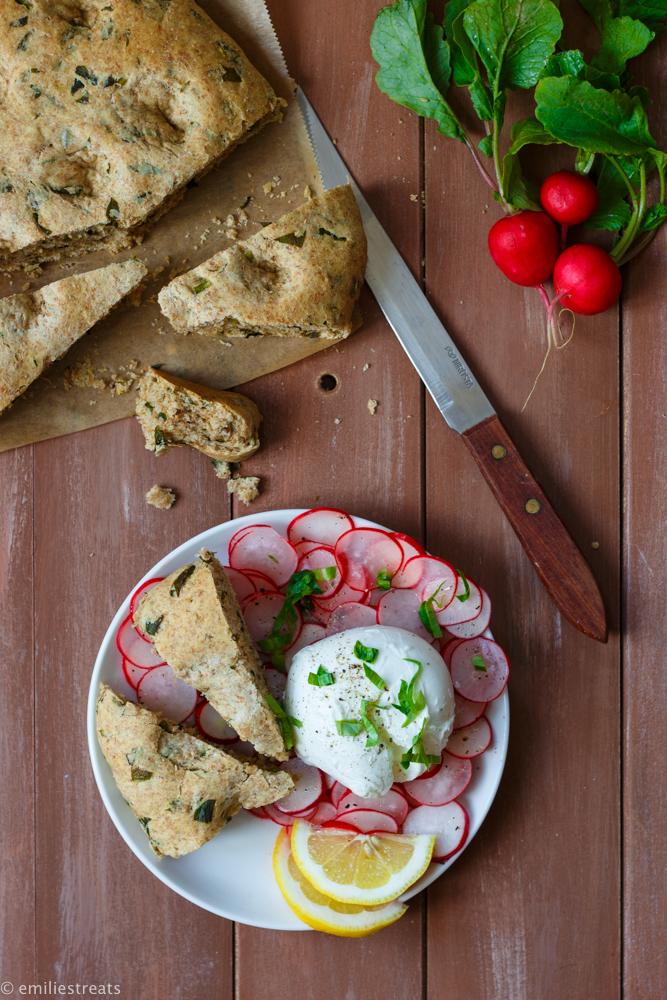 Vollkorn-Focaccia mit Bärlauch, Radieschensalat und Büffelmozzarella