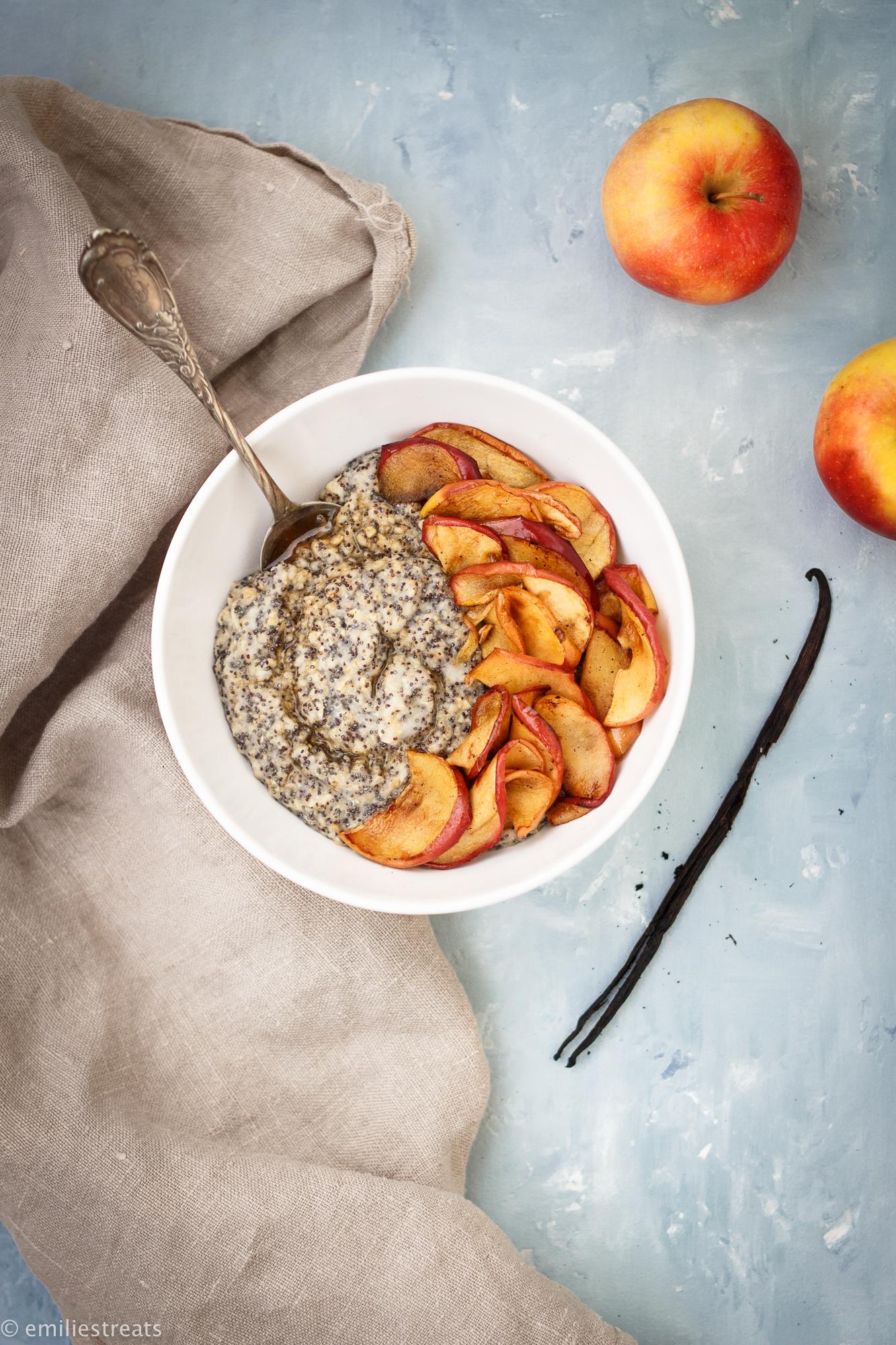 Mohn-Porridge mit gebratenen Apfelscheiben