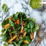 Spinatsalat mit Süßkartoffeln und Oliven