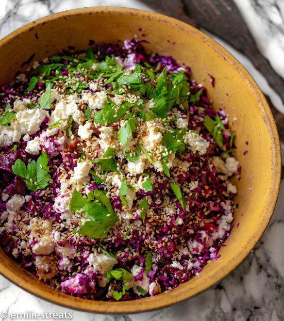 Rotkohlsalat mit Datteln, Feta und geröstetem Sesam