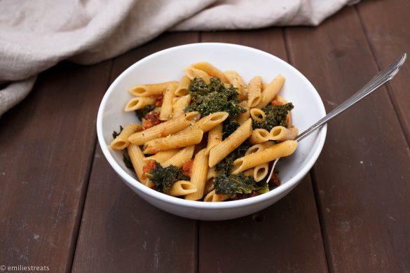 Schnelle Zitronen-One-Pot-Pasta mit Grünkohl (vegan)
