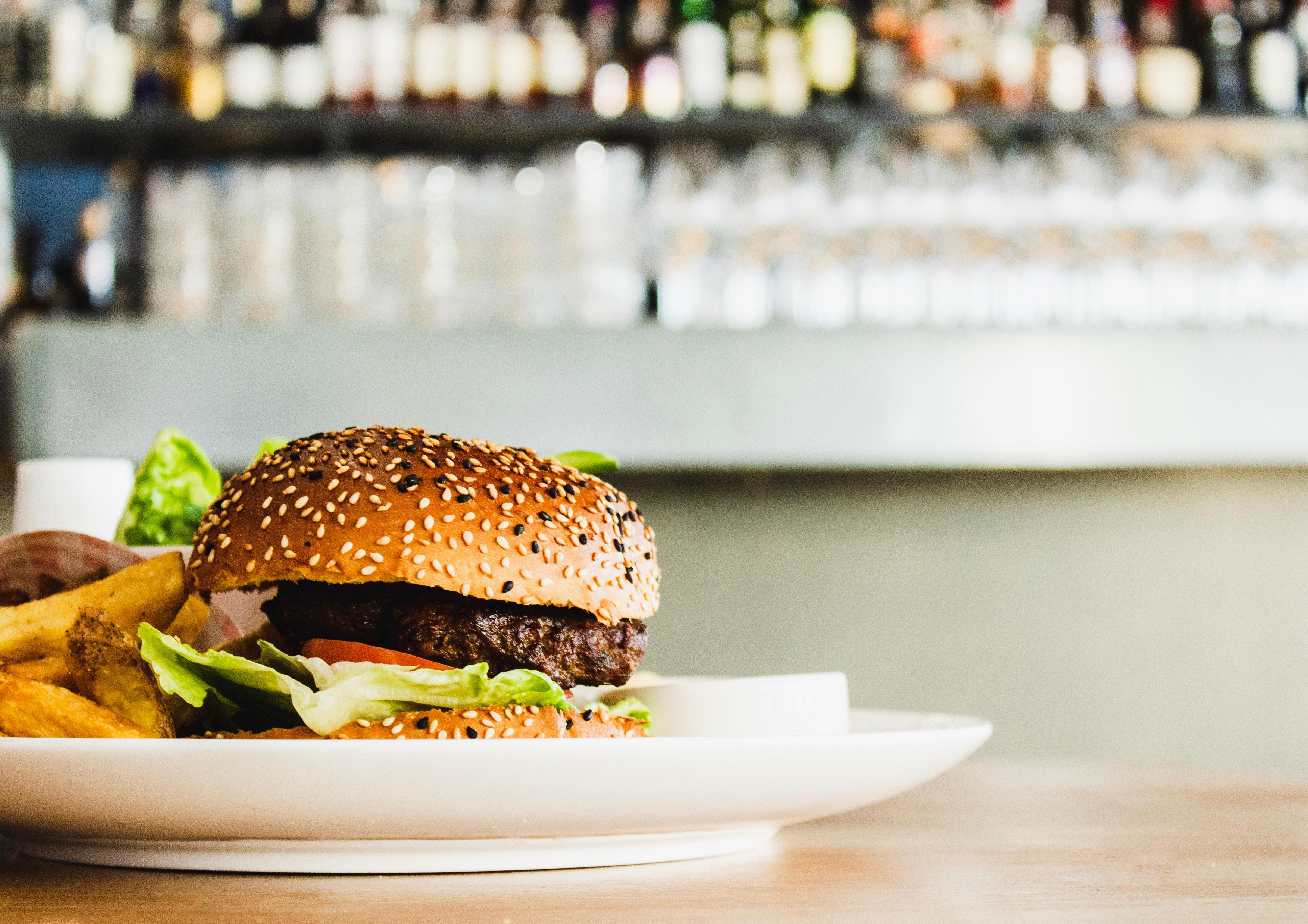 Beyond Meat und Co: Was wir ErnährungswissenschaftlerInnen von pflanzlichen Fleischalternativen halten
