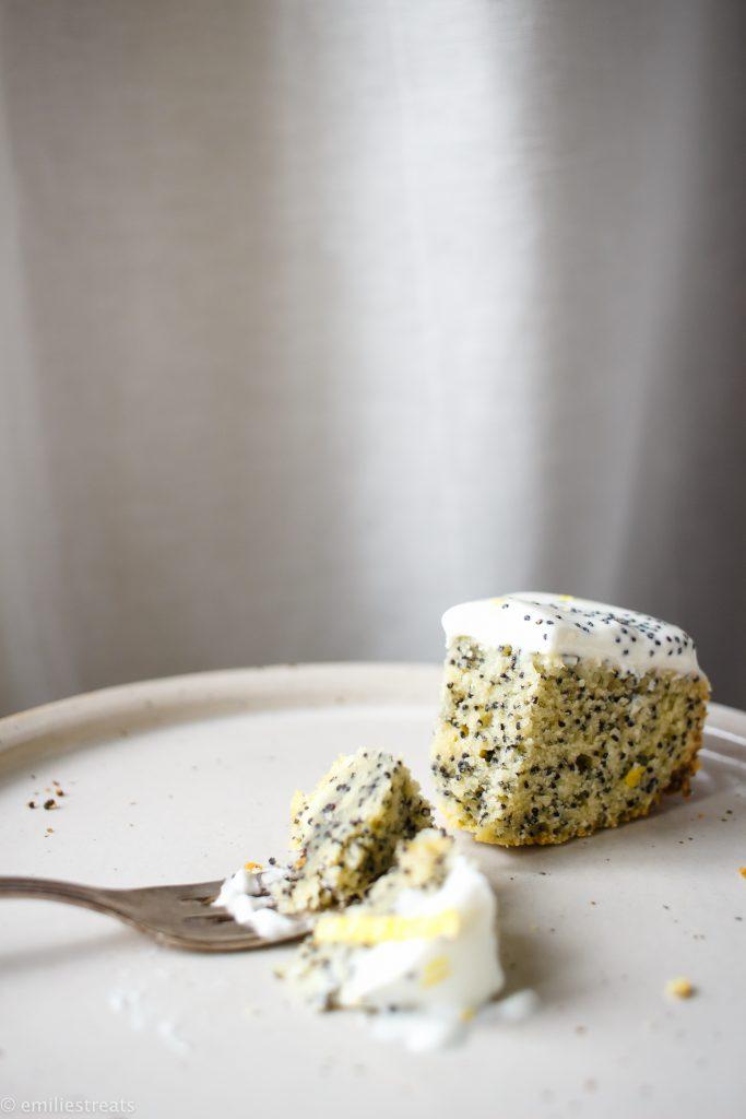 Einfacher Mohn-Rührkuchen mit Zitronen-Skyr-Creme