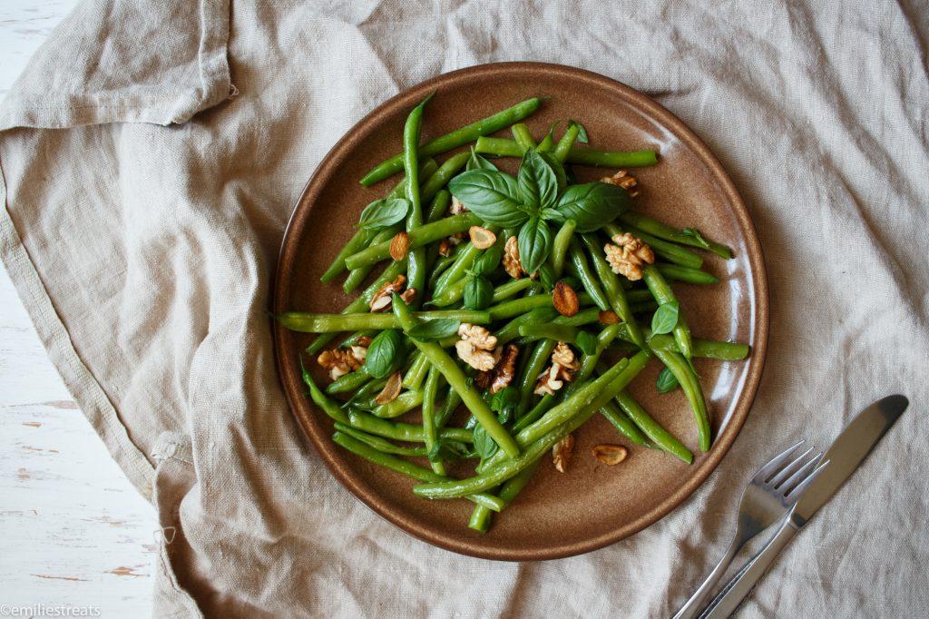 Bohnensalat mit Basilikum und knusprigem Knoblauch